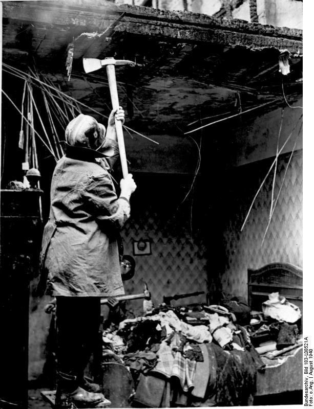 Berlin, Aufräumungsarbeiten nach Luftangriff